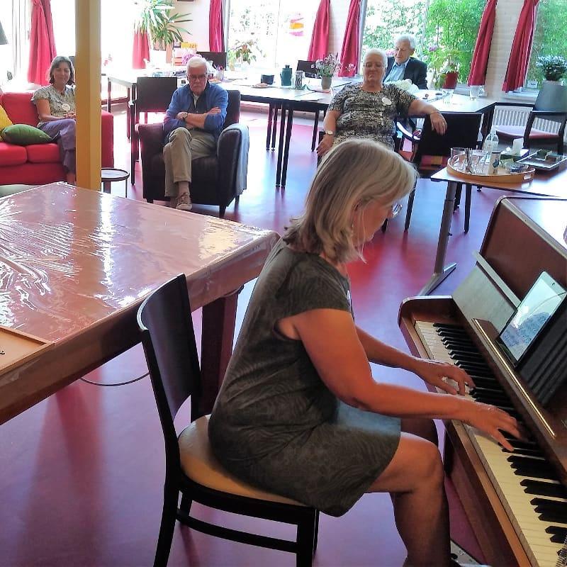 Ellen Verhagen miniconcert op piano